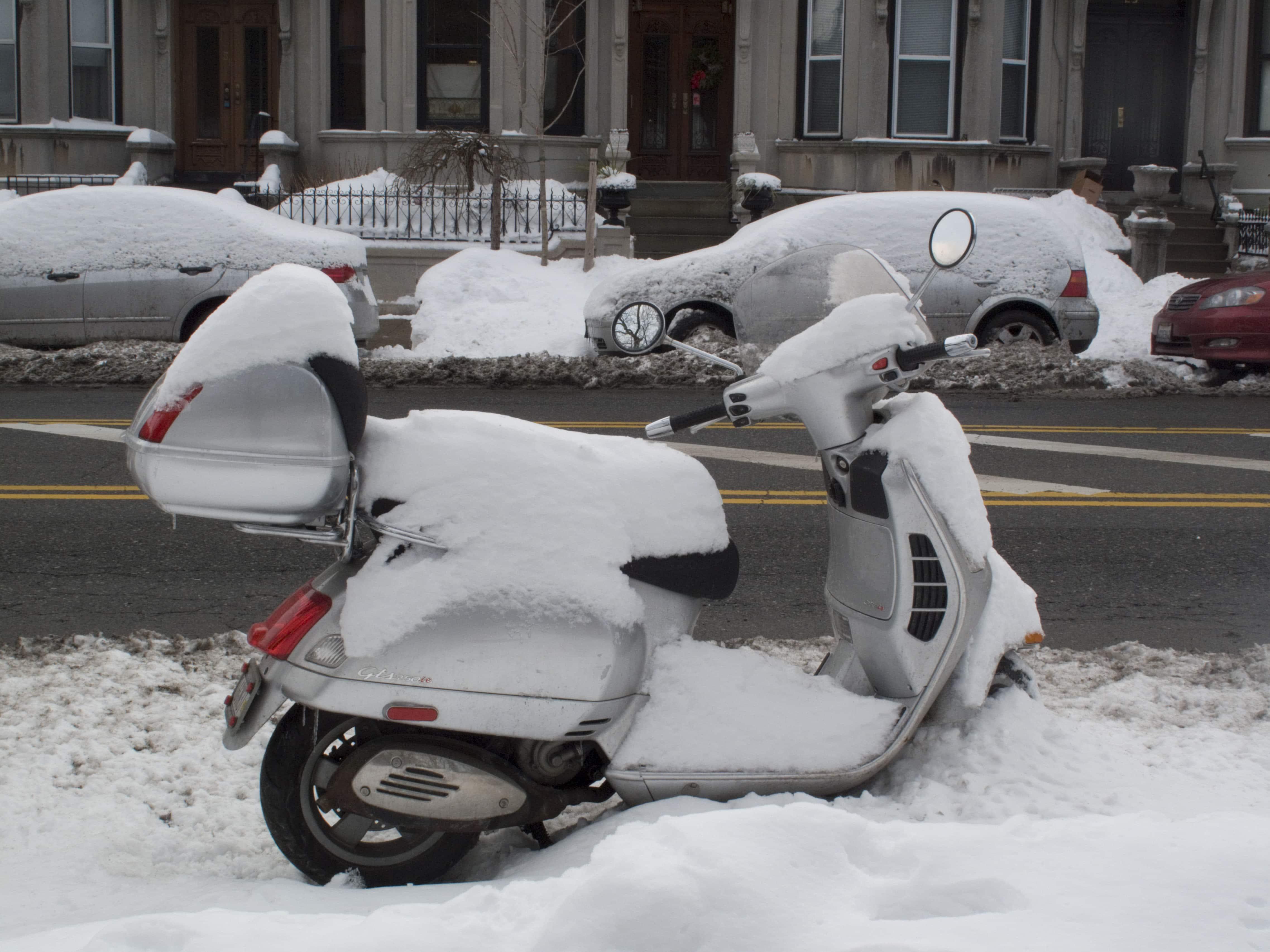 moottoripyörän talvisäilytys skootterin talvisäilytys